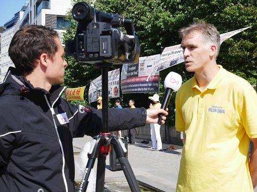 '图3:比利时媒体布鲁塞尔电视台记者现场采访法轮功学员Nico'