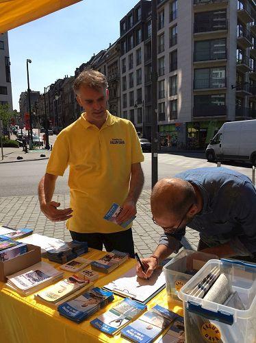 '图5:工作在欧洲议会的工作人员大卫(DavidPrino)在《要求比利时政府讨论制止发生在中国的活摘法轮功学员器官的罪行》的征签簿上签名'