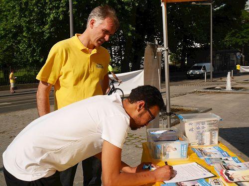 '图6:默罕默德(Mohammad)在要求比利时政府反对活摘法轮功学员器官的证签簿上签名'