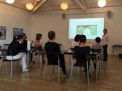 '图1:在奥胡斯市(Aarhus)中心的社区活动中心举办法轮功讲座'