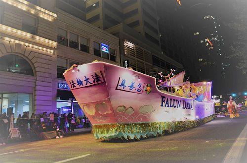 """'图1:花车的""""法船""""设计以其优美、气势、以及祥和音乐伴随的功法展示,再次获得游行最高奖项'"""
