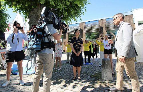 '图2:瑞典国家电视台、瑞典国家电台、瑞典电视24台都分别来到活动现场,对法轮功学员进行了采访。'