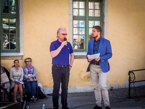 '圖1:七月五日圖比亞斯(右)在維斯比中心廣場講真相活動的集會上與前來聲援法輪功學員反迫害的溫和黨國會議員漢斯·羅森貝耶先生(左)在一起,圖比亞斯在政治周活動期間,多次向人們介紹法輪功真相,引起了媒體的關注'