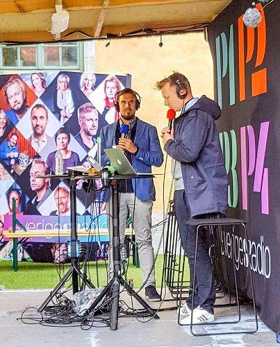 '圖2:七月六日上午法輪功學員代表圖比亞斯(左)在直播現場,接受了瑞典國家電台(SverigesRadio)的時事與新聞頻道P1記者的採訪'