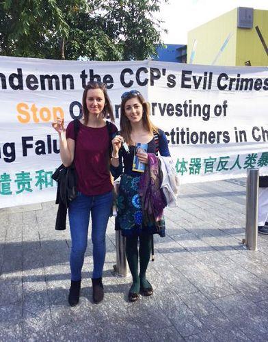 '圖4:義大利留學生莎莉和友人支持法輪功反迫害'