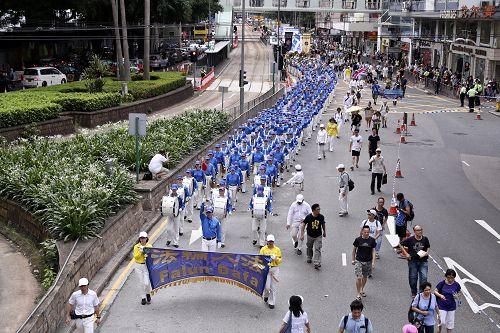 图1-3. 香港七一大游行中,法轮功学员成为最令人瞩目的队伍。