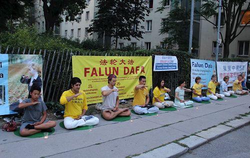 '图1~3:奥地利法轮功学员在首都维也纳的中使馆前举行活动,抗议中共迫害'