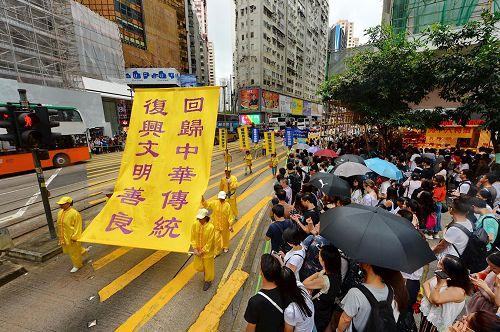 """'图8~14:法轮功学员的游行为民众带来""""真善忍""""的祝福与信息。'"""