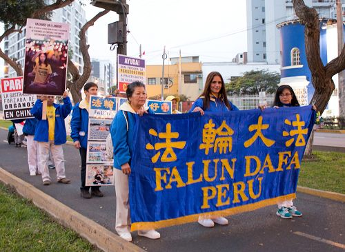 图1:法轮功学员在秘鲁首都利马游行