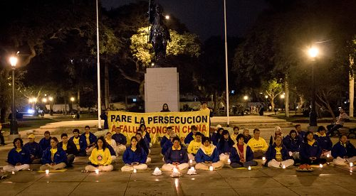 图3-4:秘鲁法轮功学员们点起了烛光,悼念被中共迫害致死的中国大陆<span class='voca' kid='59'>同修</span>,并呼吁早日制止迫害。