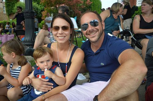 '图8:KevinHansen先生和妻子、两个孩子观看游行。他说法轮功的花车很棒,是他最喜欢的部份。'