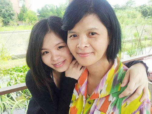 '图1:乃菁和妈妈合影。'