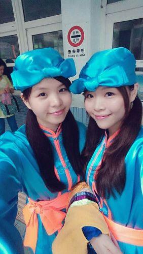 '图2:乃菁(左)和妹妹参加苗栗腰鼓队游行。'