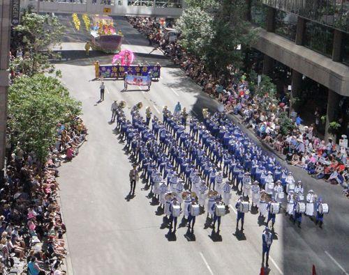 '圖1~4:天國樂團在牛仔節的開幕遊行'