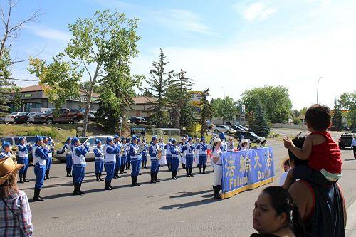 '圖6~7:天國樂團在然齊蘭茲社區的遊行'