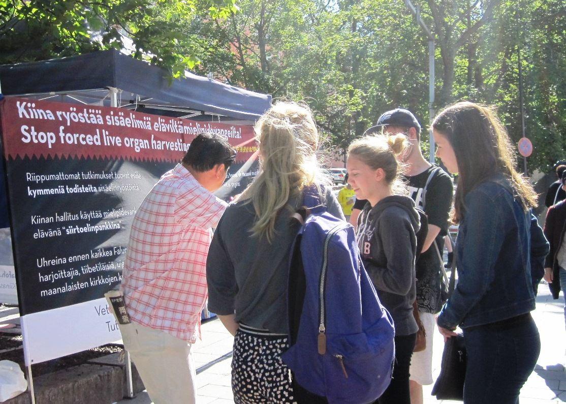 芬蘭的盛夏時節,遊客倍增。部分法輪功學員在首都赫爾辛基舉辦信息日活動,吸引不少遊客前來瞭解功法和發生在中國的迫害詳情。(明慧網)