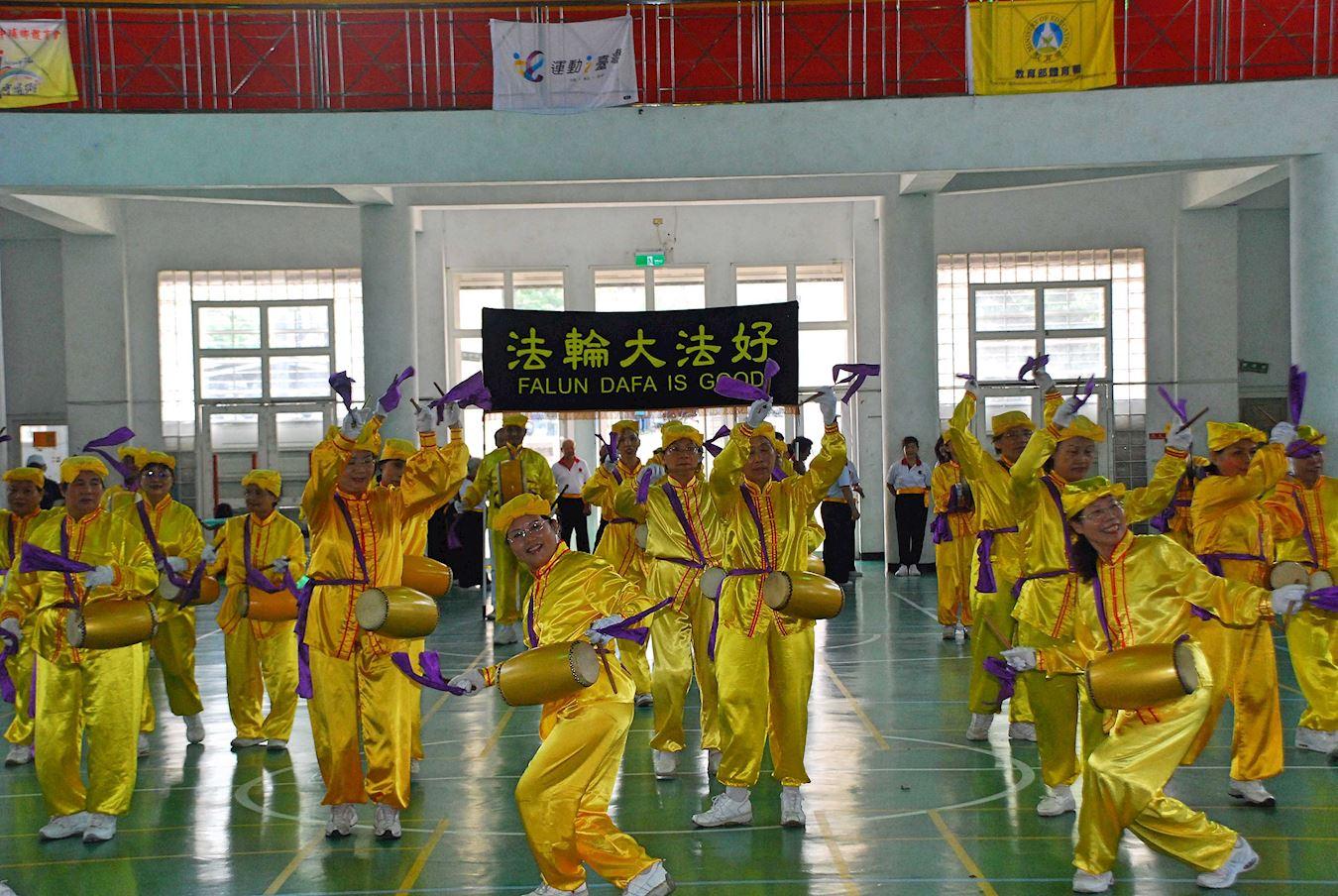 2017年8月13日,台灣部分法輪功學員受邀參加教育部體育署委由嘉義縣中埔鄉體育會舉辦的「武術嘉年華」活動。活動中,法輪功學員演示了五套功法和表演腰鼓。(明慧網)