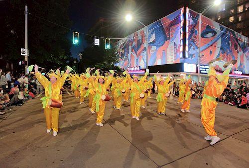 '图1~5:二零一七年七月二十九日晚的炬光大游行,法轮功团体放光彩。'