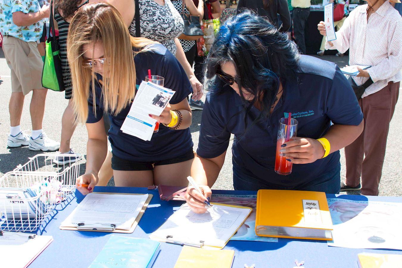 2017年8月5日和6日兩天,美國舊金山灣區佛利蒙市(Fremont)舉辦藝術節,部分法輪功學員來到這裡設置真相展位,向民眾傳播法輪功真相。民眾瞭解真相後,在要求停止活摘法輪功學員器官的請願信上簽名。(明慧網)