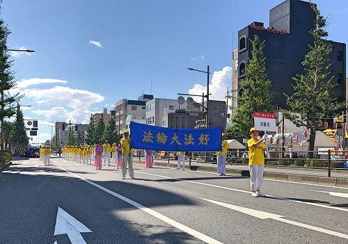 '图1~2:日本法轮功学员首次参加久留米市举办水之庆典游行,把法轮<span class='voca' kid='53'>大法</span>美好带给久留米市民。'
