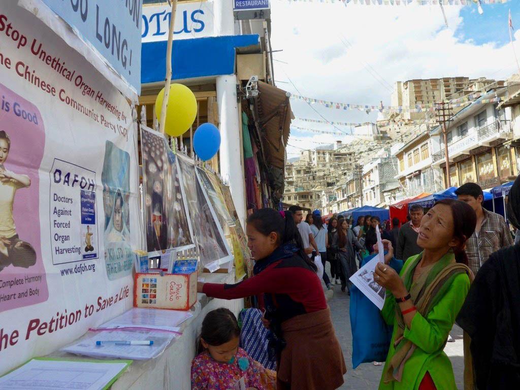 2017年7月23日,部分法輪功學員在印度列城設置了真相圖片展,告訴人們甚麼是法輪功以及中共對法輪功的迫害。列城(Leh)是印度拉達克(Ladakh)地區的首府,位於喜瑪拉雅山脈西端,海拔3500米,與西藏的阿里地區接壤。(明慧網)
