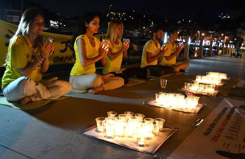 '图4:法轮功学员在烛光夜悼'