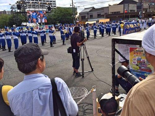 """'图3~7:八月五日,在爱知县名古屋市的游行活动结束之后,下午法轮功学员又来到日本中部地区三重县四日市(Yokkaichi-City,Mie-Prov.),参加了在市中心举办""""第五十四届大四日市庆祝活动""""的游行和定点表演,把法轮大法的美好带给了这一方民众。'"""