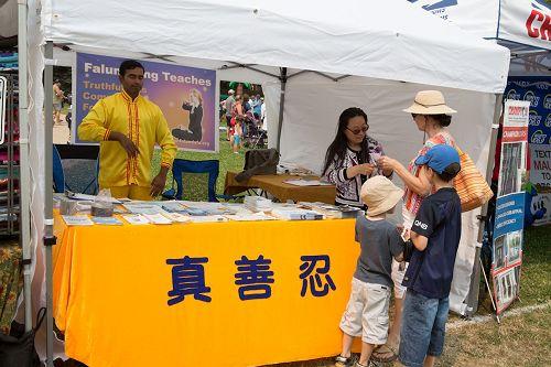 '图4~5:在八月五日和六日的街会上,法轮功学员也设立的展位,向民众介绍法轮功。'