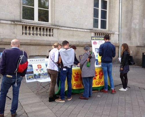'图1~4:在法国南特市中心介绍法轮功和讲真相的活动'