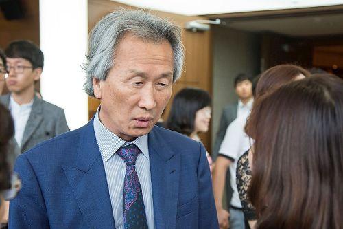 '图5:交响乐团指挥家朴性完(Park,SungWan)盛赞神韵交响乐演出无可挑剔。'