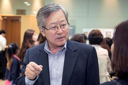 '图12:韩国前海洋部水产政策局局长李善俊赞叹神韵演出洋溢着中华文化的芬芳。'