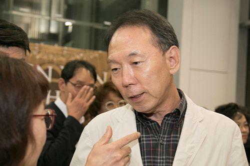 '图13:韩国共存文化研究所代表李泰镐赞叹神韵音乐唤醒了我沉睡的灵魂。'