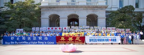 '图3:法轮功学员在加州首府沙加缅度议会大厦前举行集会'