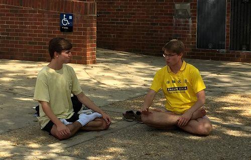 图4-5:乔治亚大学学生盘腿打坐学炼法轮功