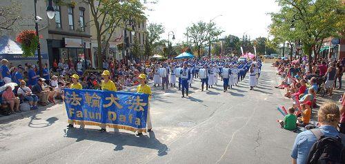 '图1:尼亚加拉瀑布市葡萄酒节大游行中的天国乐团'