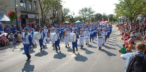 '图2:尼亚加拉瀑布市葡萄酒节大游行中行进中的天国乐团'