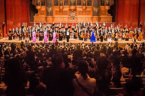 """'图1~2:二零一七年九月二十二日晚,神韵交响乐团于国家音乐厅举行演出。指挥米兰。纳切夫带领所有艺术家们谢幕,爆满的观众掌声不断,观众席上如雷鸣般的鼓掌声,和着经久不息的""""Encore""""(再来一曲)呼声不断。'"""