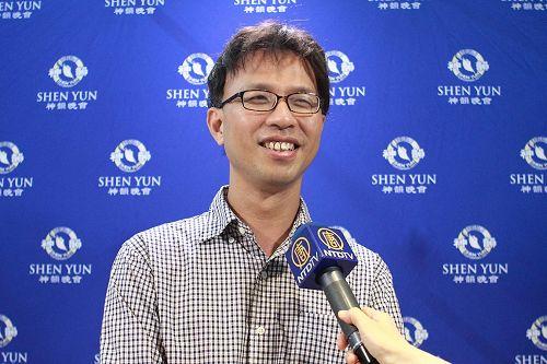 '图10:乐评家夏尔克观赏神韵交响乐团在台湾新竹市文化局演艺厅的演出。'