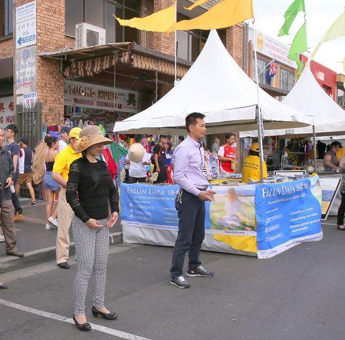 '悉尼法輪功學員在中秋集市上向人們介紹法輪大法和展示五套功法。'
