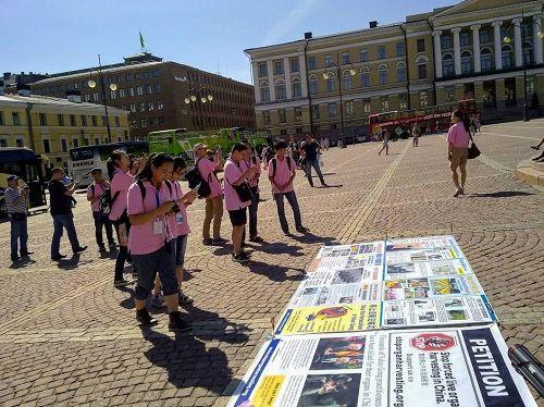 '图1:议会广场上,大陆学生了解真相,拍照横幅'