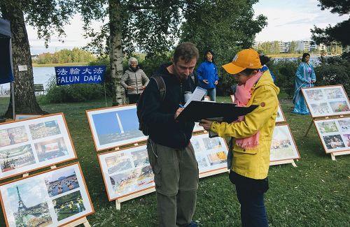 '图5:Hesperia公园,法轮功学员介绍功法'