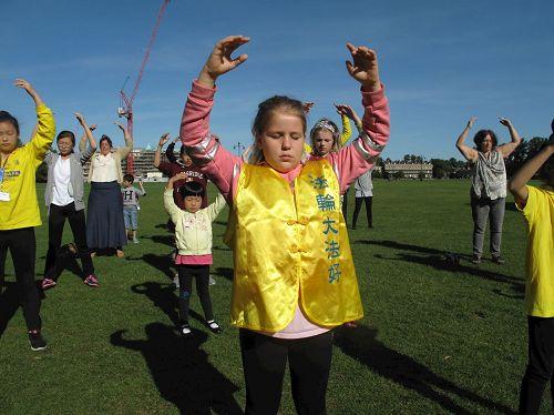'图3:二零一七年八月十三日上午,十岁女孩伊莉和妈妈安参加英国明慧夏令营在剑桥市帕克公园(Parker