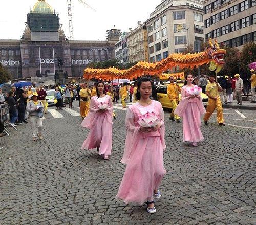 '圖2:遊行隊伍里的舞龍和仙女舞蹈表演'