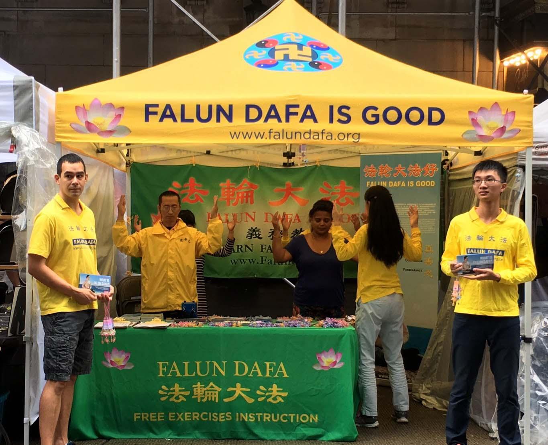法轮功学员在纽约曼哈顿上城举办的巴西美食节集市上介绍法轮功。(明慧网)