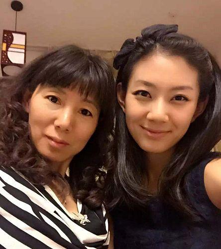 图4:法轮功学员郑雪菲和母亲肖建蓉。