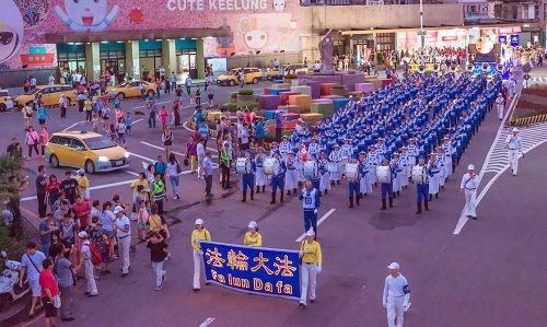 '图2:庞大的天国乐团参加中元祭放水灯游行。'