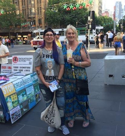 '图4:来自新西兰的游客SandyMareeLindquist(右)和女儿ShanellMareeLindquist。'