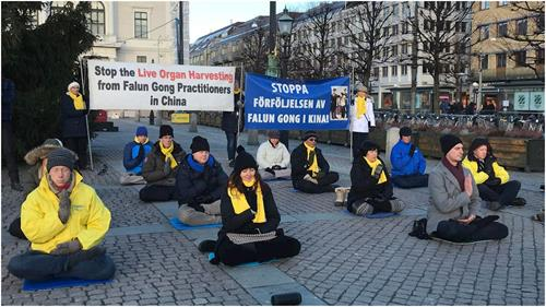 '图1~2:瑞典法轮功学员在哥德堡市中心举办活动,向民众介绍<span class='voca' kid='86'>功法</span>,揭露中共迫害'