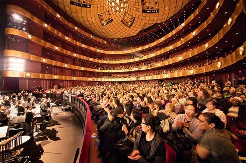 '图2:二零一八年一月十一日晚,神韵纽约艺术团在纽约林肯中心大卫寇克剧院的首场演出大爆满的盛况。'