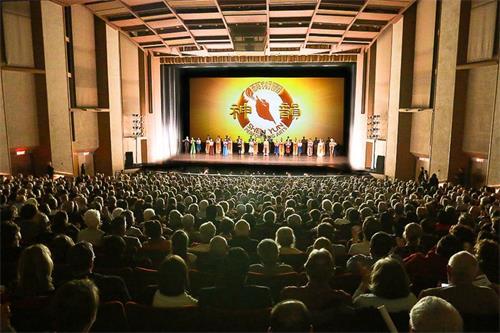 """'图3:二零一八年一月九日和十日两天,神韵国际艺术团在沙加缅度中心剧院上演的三场演出均大爆满,一票难求。许多名流精英慕名前来观赏这被誉为""""世界第一秀""""的演出,现场观众反响热烈,赞叹声、叫好声不断,每个节目结束时,掌声雷动,整个剧院好似沸腾一般。图为一月九日晚演出大爆满的盛况。'"""